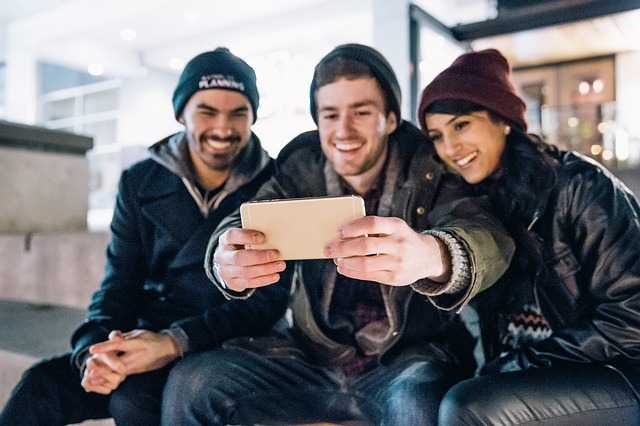 2 парня и девушка с телефоном