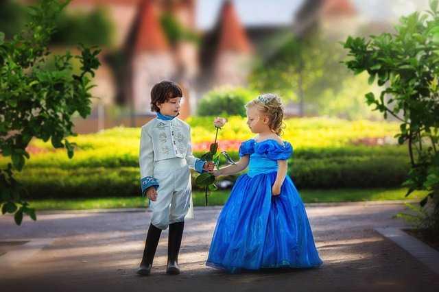 Мальчик дарит цветок девочке