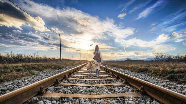 Девушка идет по рельсам