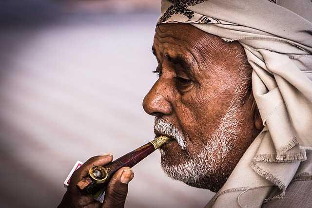 Пожилой человек с трубкой