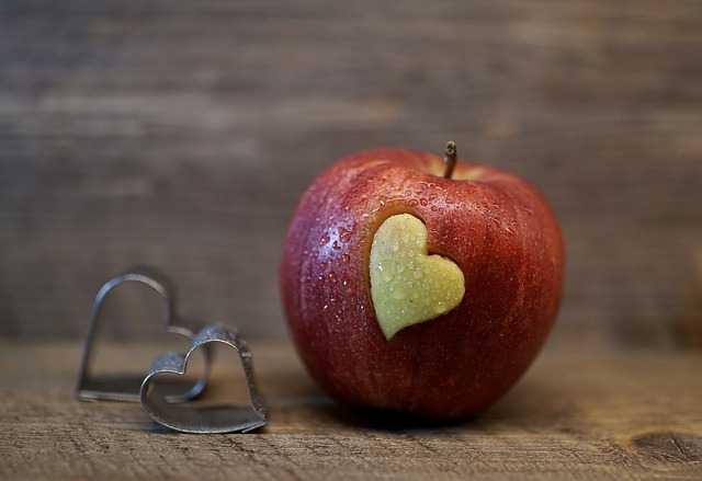 Яблоко с вырезанным сердечком