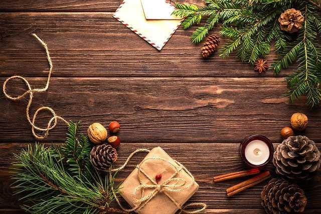 Елочные ветки и подарки