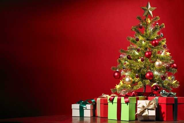 Рождественская елка и подарки